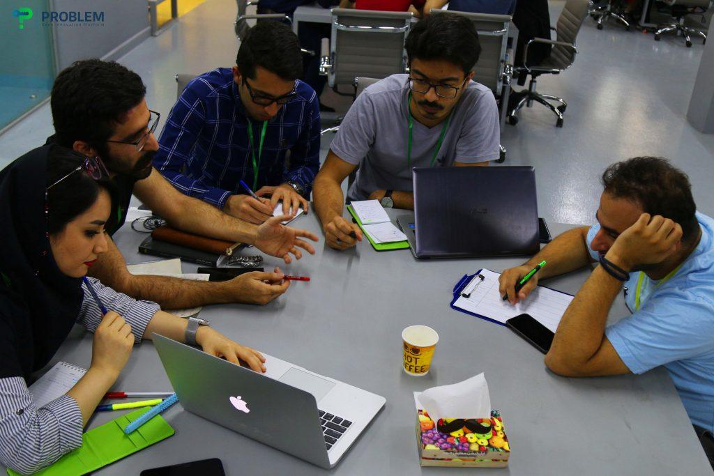 فعالیت گروهی اعضای یک تیم در مسابقه طراحی کمپپین بازاریابی